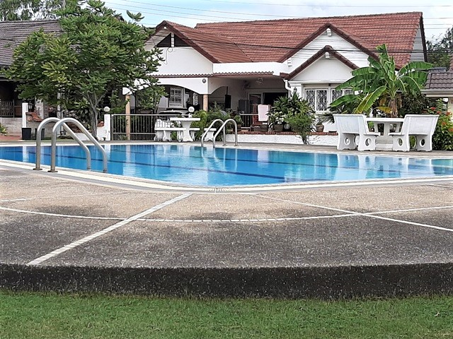 Rent Pattaya House communal pool,